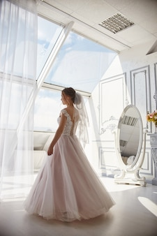 Mañana novia mujer en vestido de novia esperando novio