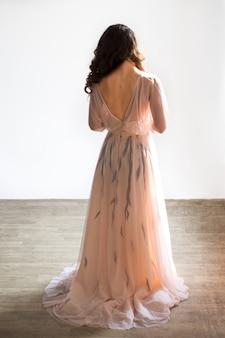 Mañana de la novia. la novia está de pie atrás, estudio, fondo blanco