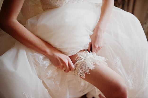 Mañana de la preparación de la novia. joven y bella novia en el día de la boda.