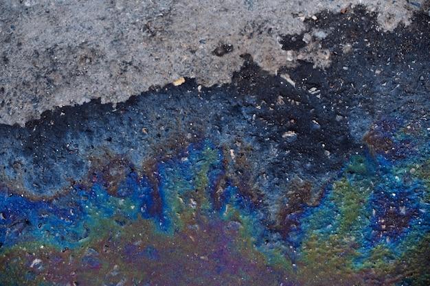 Mancha de aceite en el piso de concreto.
