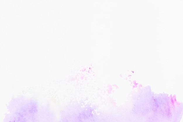 Mancha de acuarela púrpura sobre fondo blanco