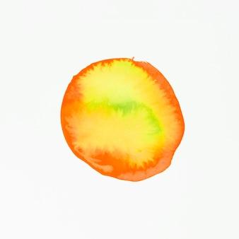 Mancha de acuarela roja y amarilla aislada sobre fondo blanco