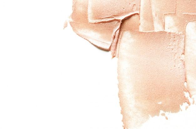 Manchas beige de resaltador o luminizador triturado.