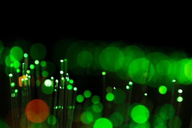 Manchas brillantes borrosas en tonos verdes