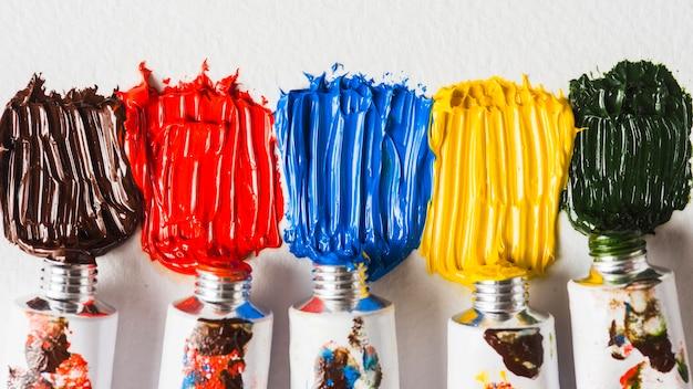 Manchas de pintura cerca de los tubos