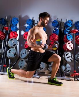 Mancuerna hombre entrenamiento fitness en el gimnasio