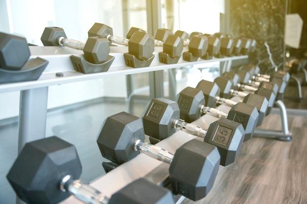 Mancuernas deportivas en un club deportivo moderno para un ejercicio en el gimnasio en el gimnasio