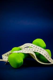 Mancuernas verdes se encuentran una encima de la otra