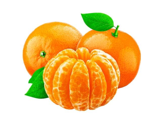 Mandarina aislada sobre fondo blanco