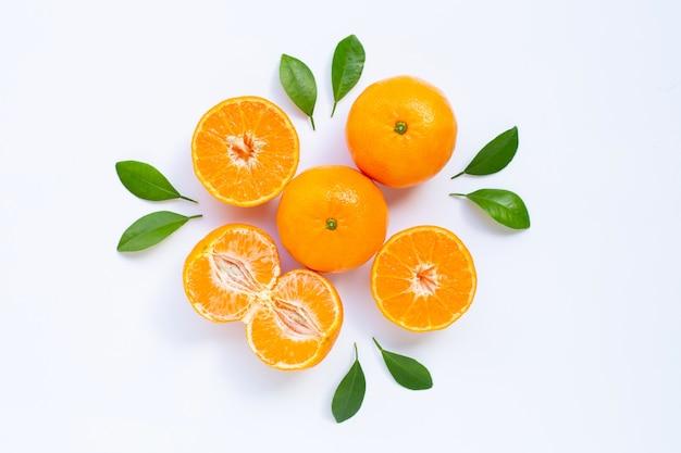 Mandarina fresca con hojas