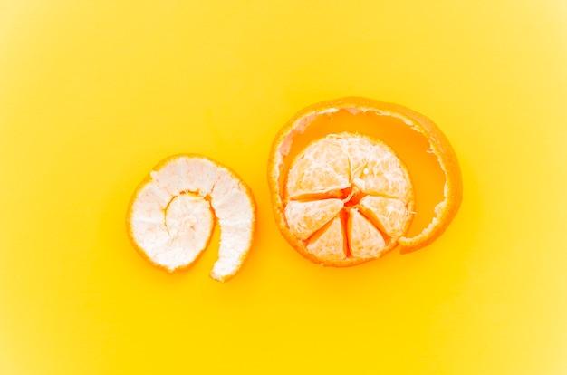Mandarina sobre fondo amarillo
