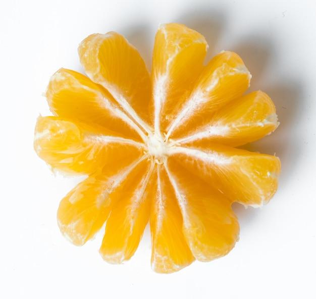Mandarina sobre la mesa