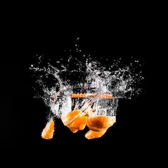 Mandarina sumergiéndose en el agua