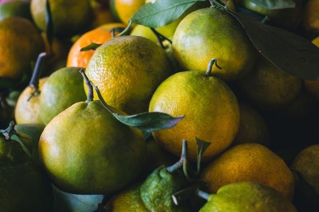 Mandarinas anaranjadas verdes asiáticas