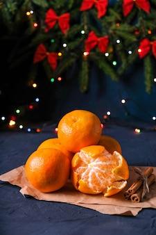 Mandarinas de año nuevo en una mesa oscura