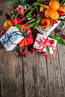 Mandarinas y decoraciones navideñas