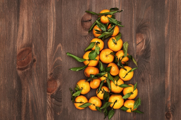 Mandarinas en forma de árbol de navidad.