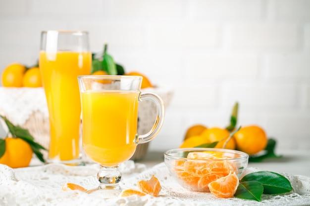 Mandarinas frescas y jugo de mandarina