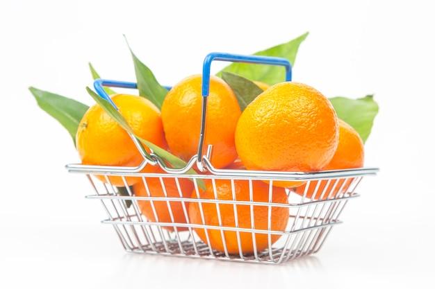 Mandarinas de frutas cítricas en una canasta de supermercado. vitamina comida sana