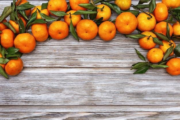 Mandarinas con hojas verdes.