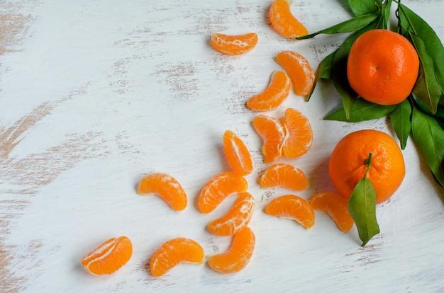 Mandarinas maduras en blanco