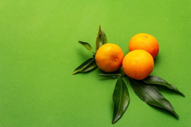 Mandarinas maduras con hojas. frutas frescas