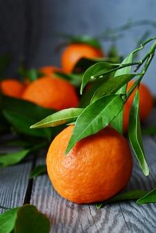 Mandarinas maduras sobre un fondo gris.