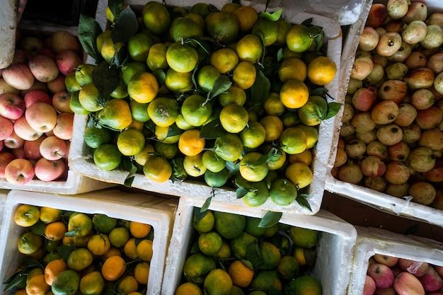 Mandarinas, manzanas y pomergranates aéreos