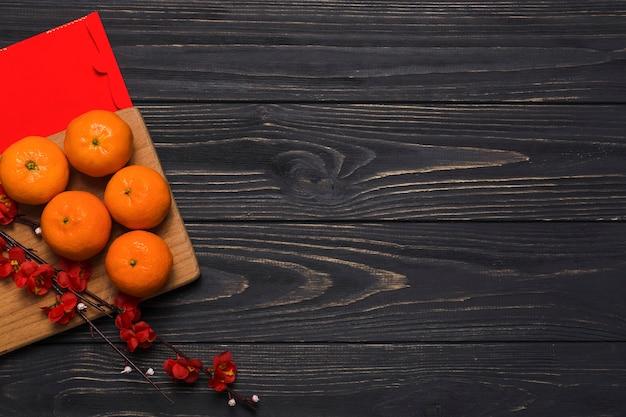 Mandarinas y rama floreciente a bordo