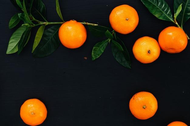 Mandarinas sobre la mesa
