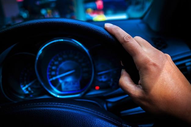 Manejando un auto a mano
