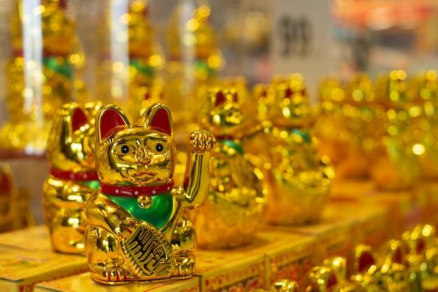 Maneki neko, gato afortunado japonés, lingote significa símbolos de buena suerte