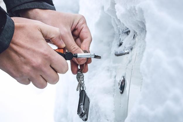 Maneras de abrir puertas de autos congelados