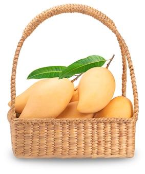 Mango amarillo en la canasta aislado en blanco.
