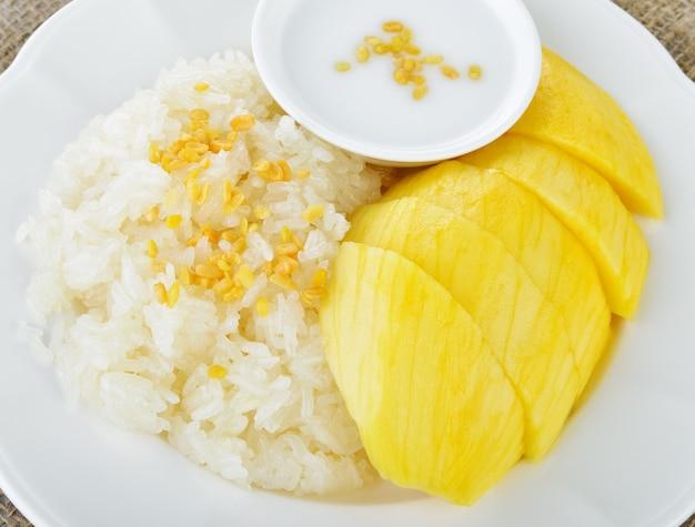 Mango dulce con mezcla de arroz pegajoso con leche de coco