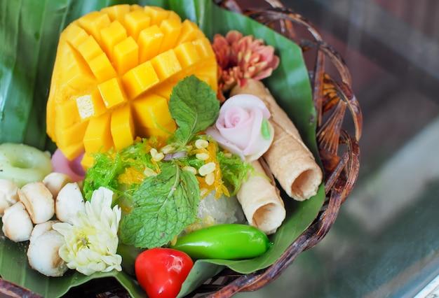 Mango fresco y arroz pegajoso. mango en rodajas servido con arroz pegajoso y postre tailandés.