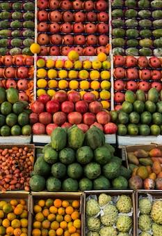 Mango, guayaba, melón, piña y granada se exhiben en el mercado agrícola.