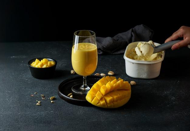 Mango mastani, comida callejera india, jugo de mango y batido de helado