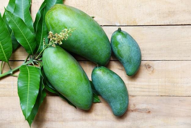 Mango verde fresco y hojas verdes