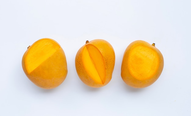 Mangos tropicales sobre superficie blanca