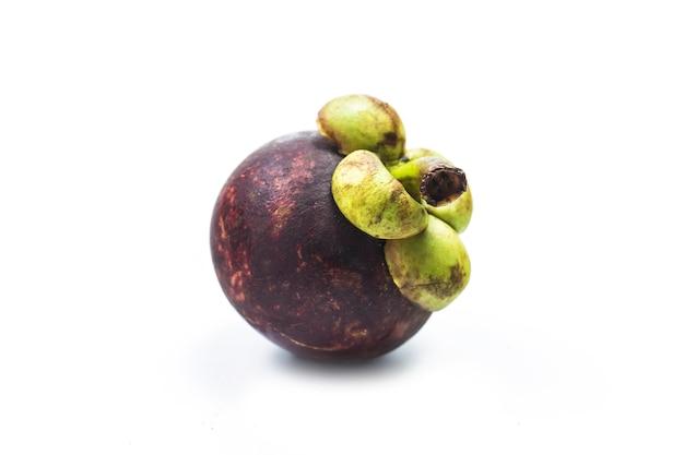 Mangostanes reina de frutas, fruta madura de mangostán aislada sobre fondo blanco.
