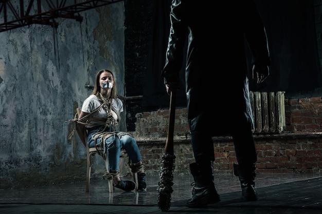 Maniac en serie se prepara para matar a su víctima femenina