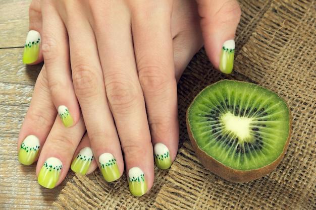 Manicura de arte kiwi