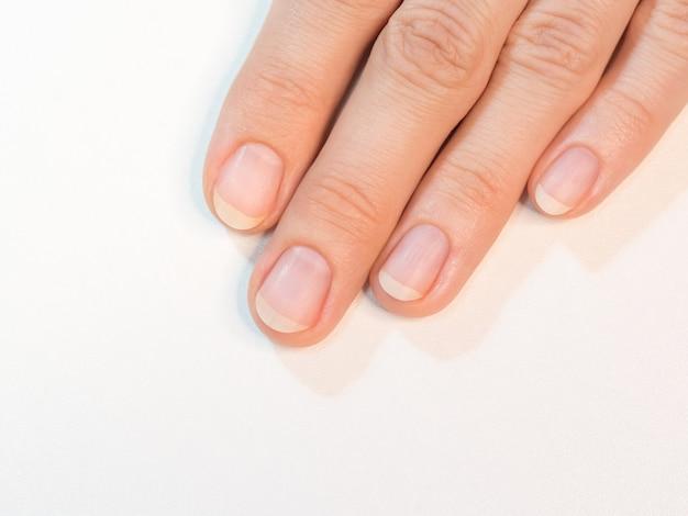 Manicura completa, uñas preparadas para aplicar barniz.