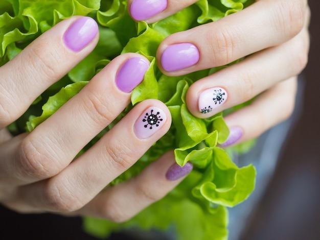 Manicura creativa con coronavirus pintado en las uñas, enfoque suave, primer plano