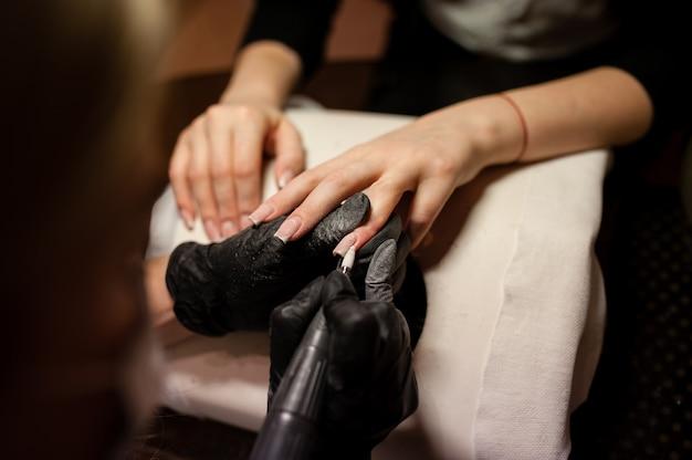 Manicura. cuidado de las uñas en el salón de belleza.