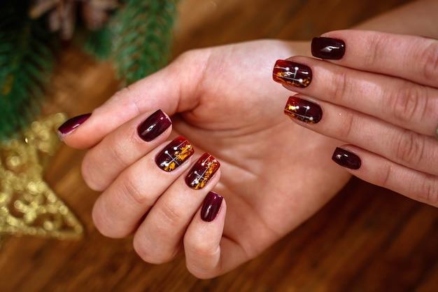 Manicura de moda y hermosa en manos femeninas.