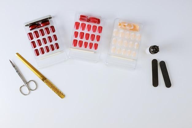 Manicura profesional, preparación para pegar conjunto de uñas en el gabinete de técnicos de uñas.