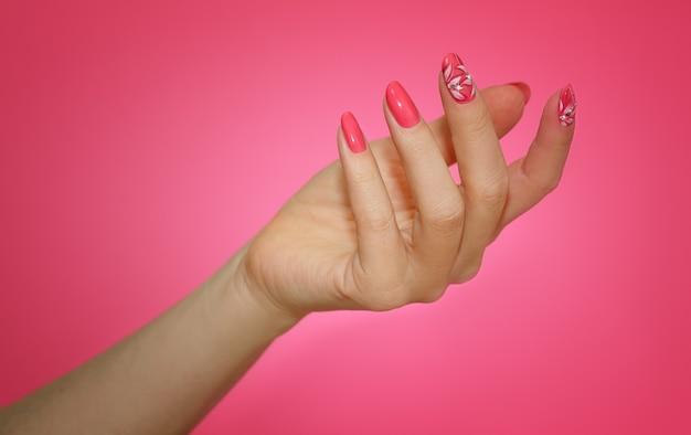 Manicura rosada del arte del clavo.