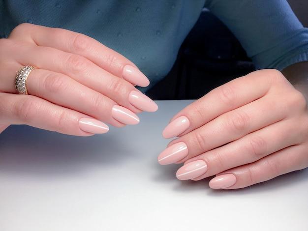 Manicure en un salón de belleza.